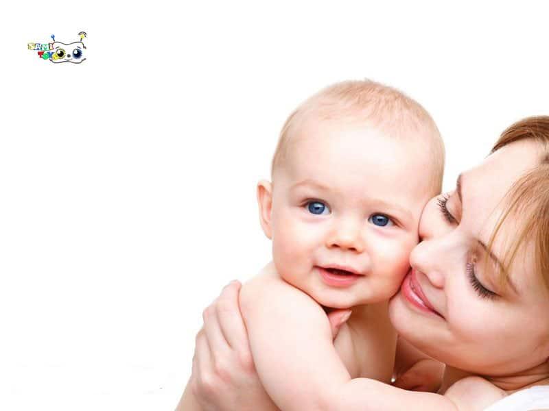 در آغوش گرفتن و بوسیدن کودک توسط مادر