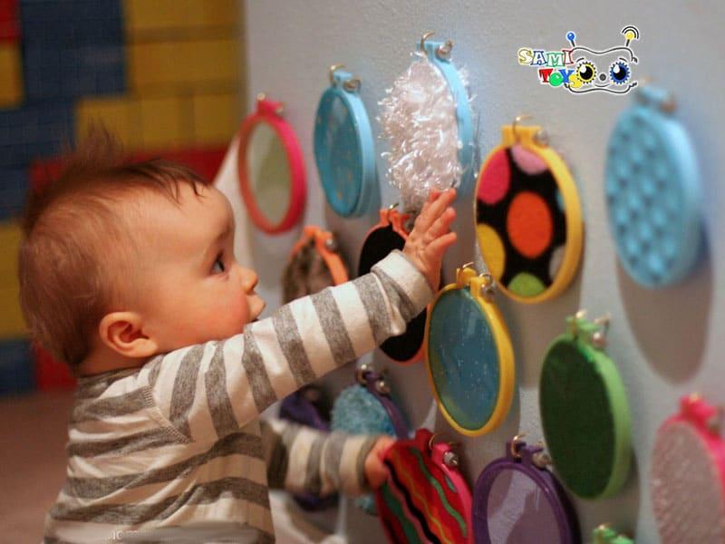 بازی سینه خیز رفتن به طرف اسباب بازی