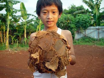 پسری از جاکارتا با توپ