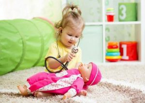 بازی با عروسک - بازی کودکان زیر شش سال - انواع بازی کودکان